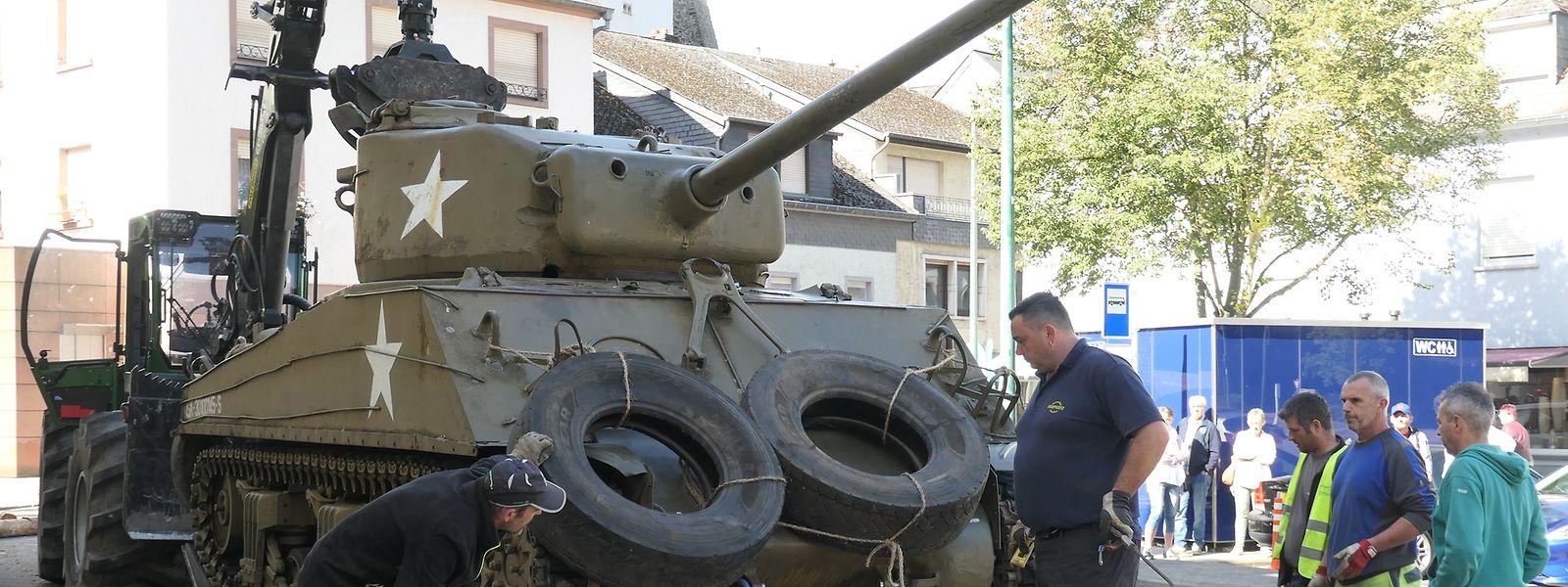 Das Verladen des Clerfer Sherman-Panzers ging am Dienstag nicht nur unter der Mithilfe zahlreicher Hände, sondern auch unter den Augen vieler Schaulustiger über die Bühne.