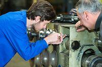 Student Lehre Lernen Formation continue Fortbildung Ausbildung arbeiten Chef Lehrmeister Meister Junge Mann bauen Maschine Motor Werksstatt bau schreauben