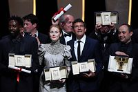 (FromL) Jury Prize winner French director Ladj Ly, Best Actress winner British actress Emily Beecham, Best Director winners Belgian director Luc and Jean-Pierre Dardenne, Best Actor winner Spanish actor Antonio Banderas and Camera d'Or winner Cesar Diaz pose on stage on May 25, 2019 during the closing ceremony of the 72nd edition of the Cannes Film Festival in Cannes, southern France. (Photo by CHRISTOPHE SIMON / AFP)