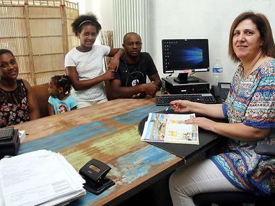 Céu Sousa a atender uma família cabo-verdiana na agência