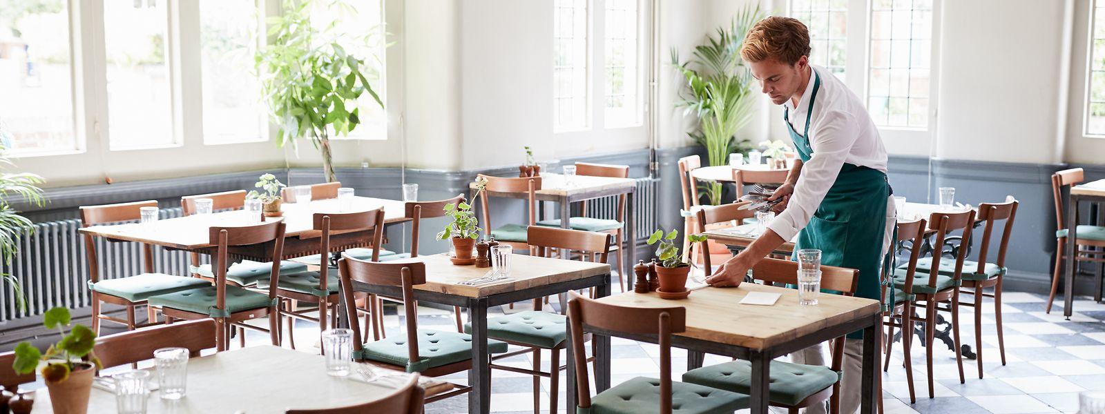 Les restaurateurs ont quatre jours pour réaménager leurs salles, selon les nouvelles règles.Y a du plexiglas et du paravent dans l'air...