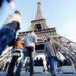 """ARCHIV - 15.11.2015, Frankreich, Paris: Touristen gehen zum Eiffelturm. (zu dpa """"Wahrzeichen und Touristenmagnet: Eiffelturm feiert 130. Geburtstag"""") Foto: Malte Christians/dpa +++ dpa-Bildfunk +++"""