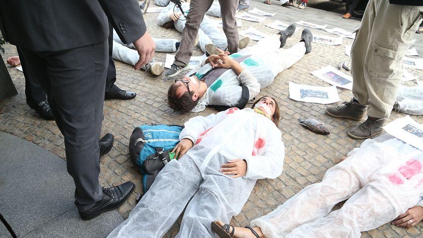 Die Demonstranten legten sich vor dem Eingang des Hotels.