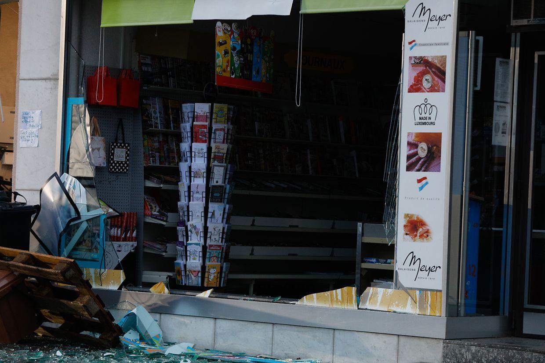 Im Laufe der Nacht wurde auf der Hauptstraße in Wormeldingen ein Geldautomat gesprengt. Das Schaufenster eines angrenzenden Kiosks wurde dabei ebenfalls zerstört.