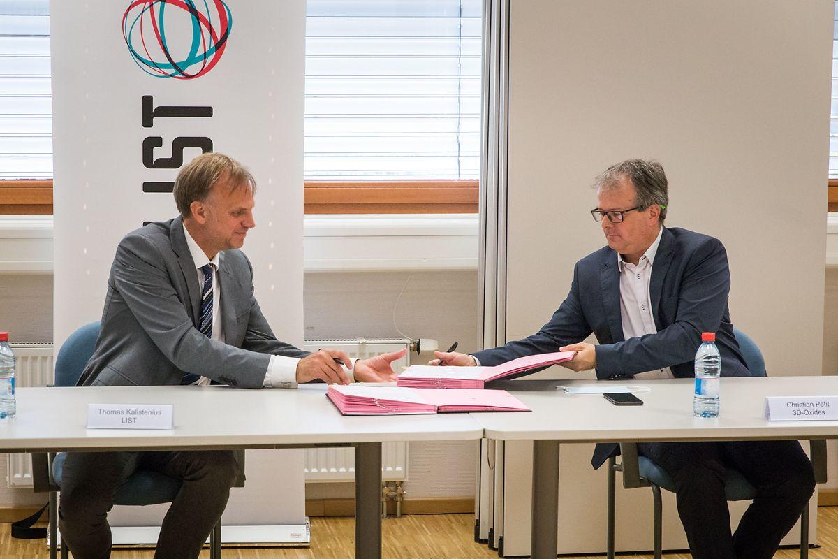 Le directeur général du LIST Thomas Kallstenius (à g.) et le président d'3D-Oxides, Christian Petit, ont signé un nouveau projet.