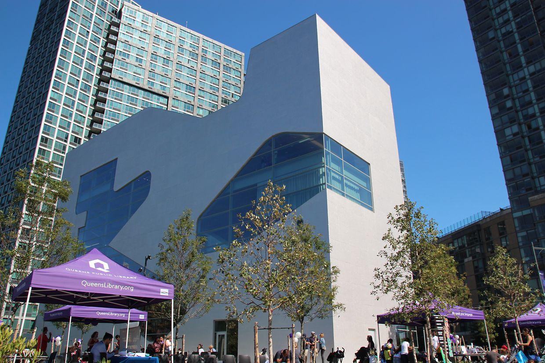 New York. Die Amerikaner machen's Luxemburg (fast) nach: Nach rund zehn Jahren Bauzeit und mehr als 40 Millionen Dollar Kosten hat Big Apple nun eine neue Stadtteil-Bibliothek.