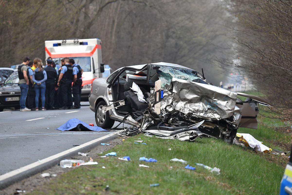 Die beiden Insassen des grauen Wagens überlebten den Unfall nicht.