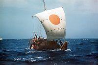 """ARCHIV - 30.04.1970, Marokko, ---: Das Papyrusboot Ra II auf hoher See, aufgenommen im April 1970. Im Mai 1970 segelte der norwegische Abenteurer Thor Heyerdahl in einem Boot aus Papyrus, der Ra II, von Marokko bis zur Karibik-Insel Barbados. 57 Tage später, am 12. Juli 1970, erreichte die achtköpfige Mannschaft den Hafen Bridgetowns, der Hauptstadt von Babardos. (zu dpa """"Thor Heyerdahl - Umweltaktivist in den Fußstapfen der alten Ägypter"""") Foto: UPI/dpa +++ dpa-Bildfunk +++"""