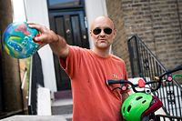 23.05.2020, Großbritannien, London: Dominic Cummings, Hauptberater des britischen Premierministers Johnson, verlässt sein Haus. Trotz des Lockdowns soll Cummings mehr als 400 Kilometer zu seinen Eltern gereist sein, als er an Covid-19-Symptomen litt. Nun wächst der Druck auf Premierminister Johnson, ihn zu entlassen. Foto: Aaron Chown/PA Wire/dpa +++ dpa-Bildfunk +++