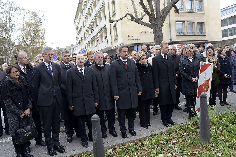 Justizminister Félix Braz, der französische Botschafter in Luxemburg, Guy Yelda,  Premierminister Xavier Bettel, das großherzogliche Paar und Bürgermeisterin Lydie Polfer (v.l.n.r.) während der Schweigeminute vor der französischen Botschaft in Luxemburg-Stadt.