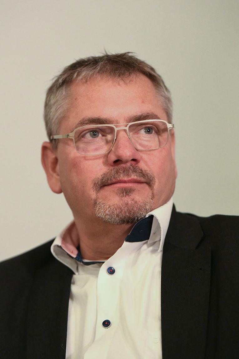 Frank Hannig, Anwalt des Hauptverdächtigen Stephan E. im Mordfall Lübcke, spricht während einer Pressekonferenz zu den Journalisten.