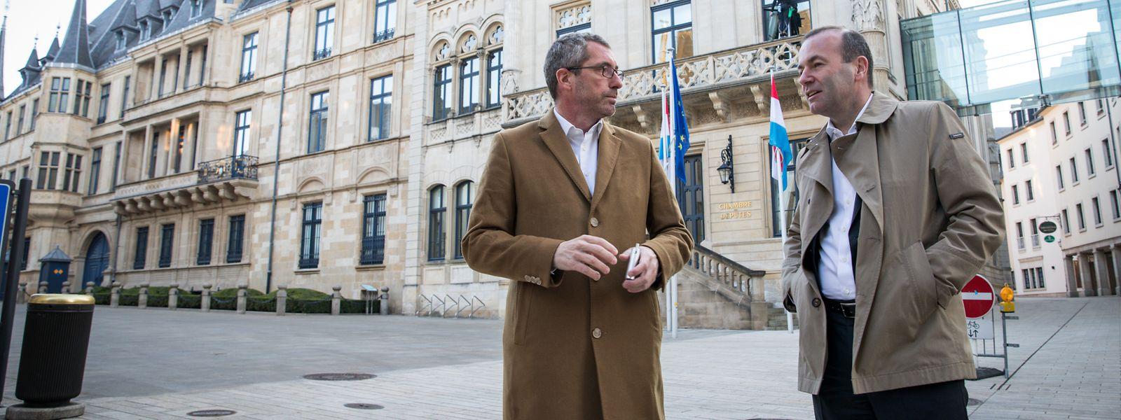 Manfred Weber (r., EVP) und Frank Engel (CSV) vor der Chamber.