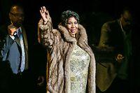 """19.05.2016, USA, Durham: Aretha Franklin, US-amerikanische Soul-Sängerin, Songwriterin und Pianistin, steht nach ihrem Konzert auf der Bühne. (zu dpa """"Promis in Gedanken bei kranker Aretha Franklin"""" vom 14.08.2018) Foto: Andy Martin Jr./ZUMA Wire/dpa +++ dpa-Bildfunk +++"""