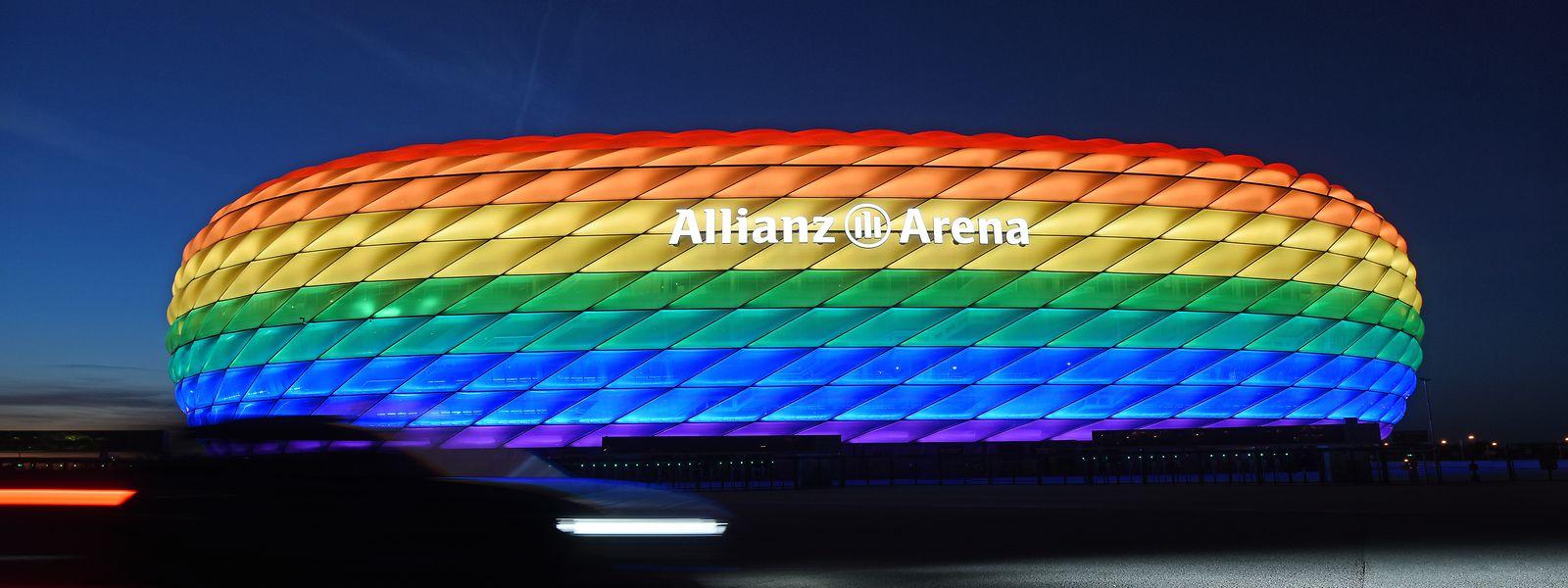 Die Hülle der Allianz Arena leuchtet 2016 anlässlich des Christopher Street Days in Regenbogenfarben.