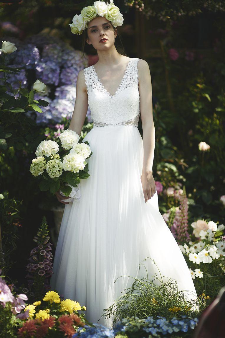 Auch in dieser Saison bleibt die Farbe des Brautkleides klassisch. Jedoch gibt es Variationen ins cremefarbene.