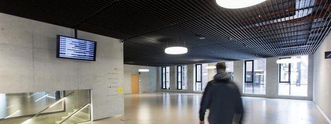 """Eine Kaffemaschine sucht man in der betongrauen Eingangshalle der """"Maison du Savoir"""" vergebens."""