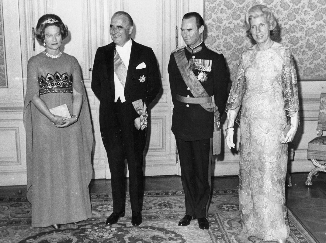 """Für das Festbankett in der Abgeordnetenkammer hatten sich die Gastgeber und die Gäste schick gemacht. """"Madame Pompidou, im eleganten faltergelben, mit großen Blumen bestickten Seidenkleid, bildete den Mittelpunkt. Die Großherzogin trug ein unifarbenes blaues Kleid mit einer reichbestickten Taillengarnitur"""", schreibt das """"Luxemburger Wort""""."""