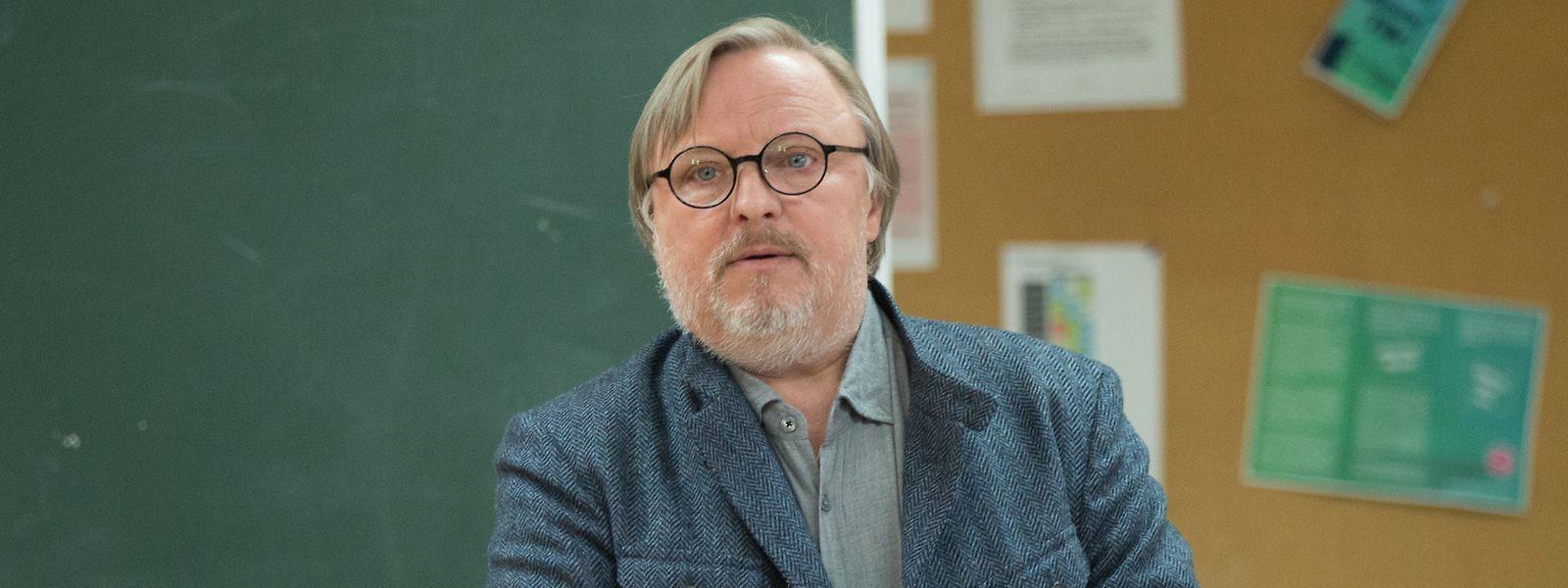 Ralph Friesner (Axel Prahl) fängt die Unterrichtsstunde an, die Schüler beteiligen sich dabei nur mäßig.