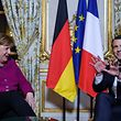 French President Emmanuel Macron (R) meets with German chancellor Angela Merkel (L) at Elysee palace in Paris on January 19, 2018. / AFP PHOTO / POOL / Christophe Petit Tesson