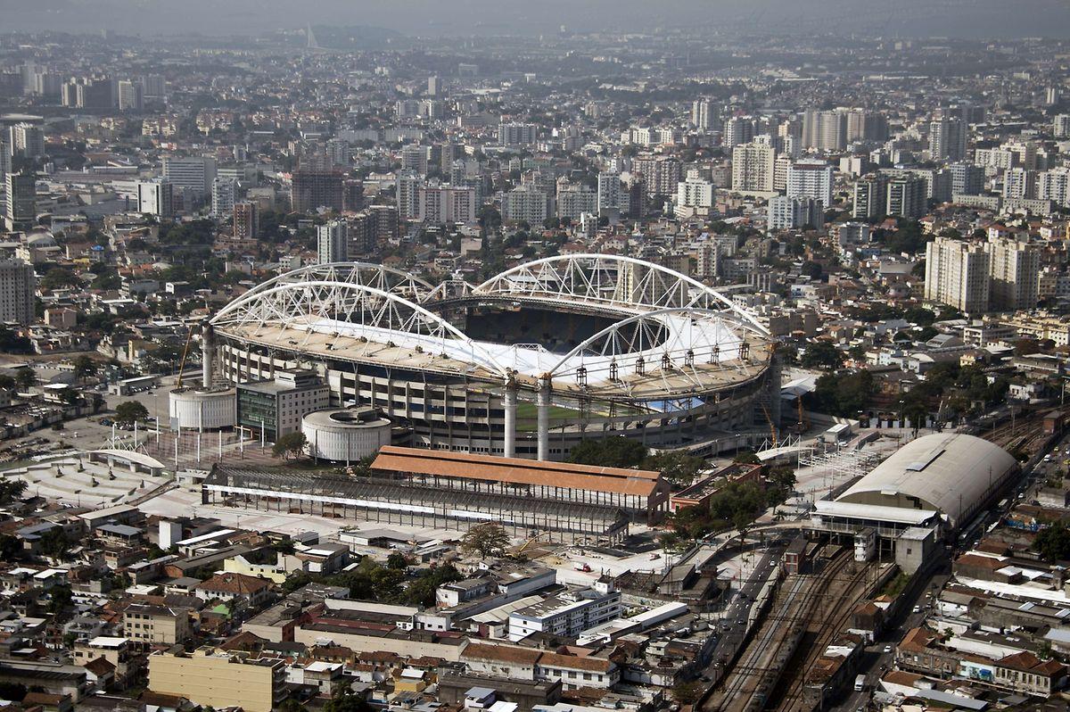 Luftaufnahme des Nilton Santos Olympiastadion in Rio. Das Gebäude wurde zwischen 2003 und 2007 unter der Aufsicht von Odebrecht S.A.  errichtet. 2013 musste das Stadion wegen ernsthaften Dachschadens für unbestimmte Zeit schließen. Nun wird es für die Spiele auf Vordermann gebracht.