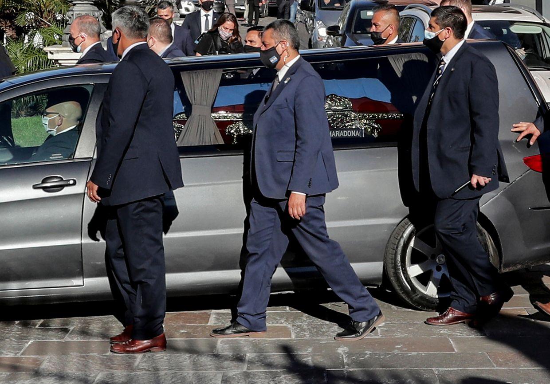 Der Bestattungswagen bringt den Sarg von der Totenwache zum Friedhof.