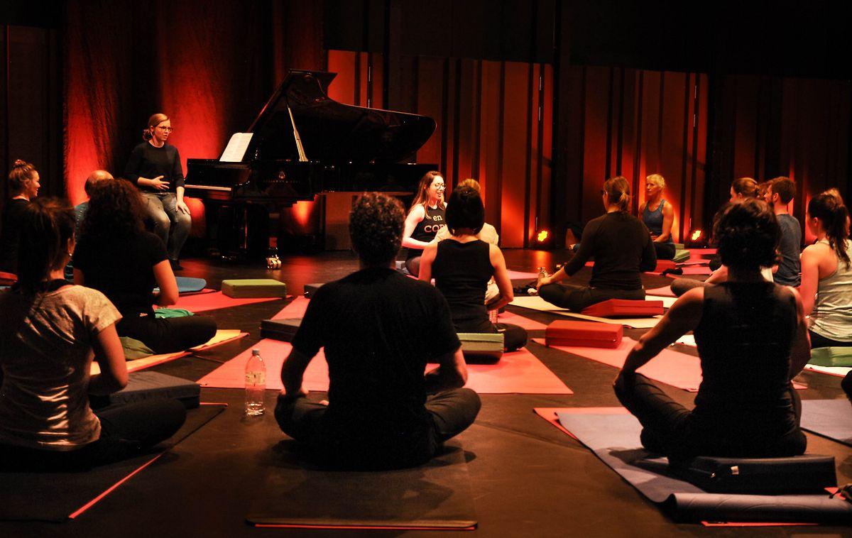 Lors des séances, tout le monde pratiquelesexercices de respiration,même Cathy Krier,la pianiste.