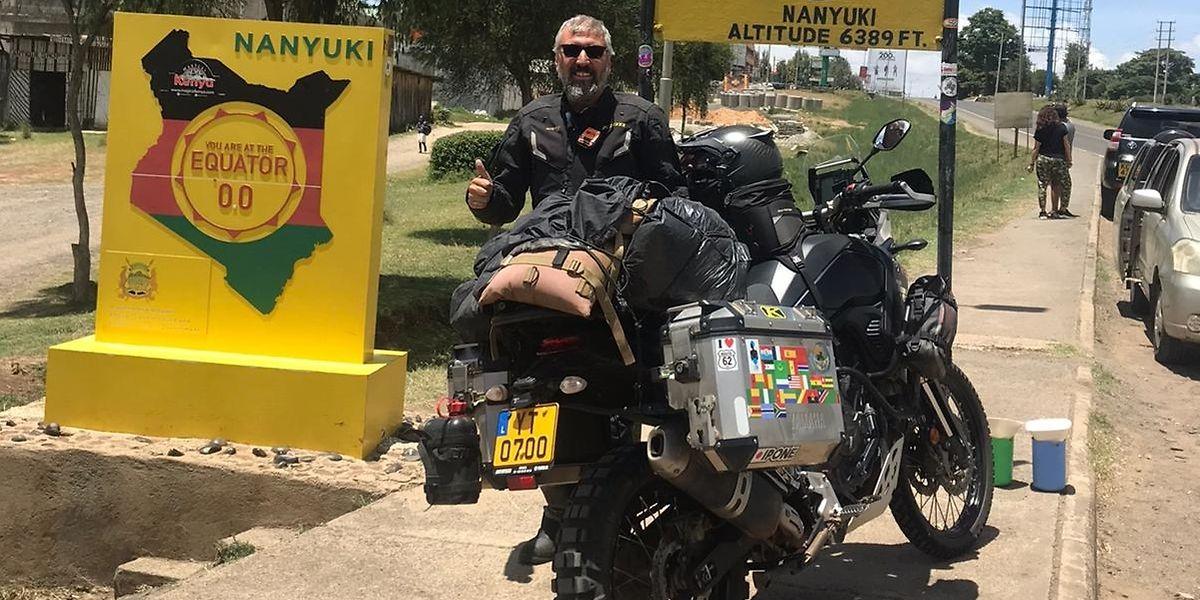 No Quénia, onde se assinala a passagem da linha imaginária do Equador.