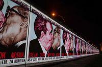 Die Stadt Berlin hat dem südafrikanischen Präsidenten Nelson Mandela ein Stück Berliner Mauer geschenkt.