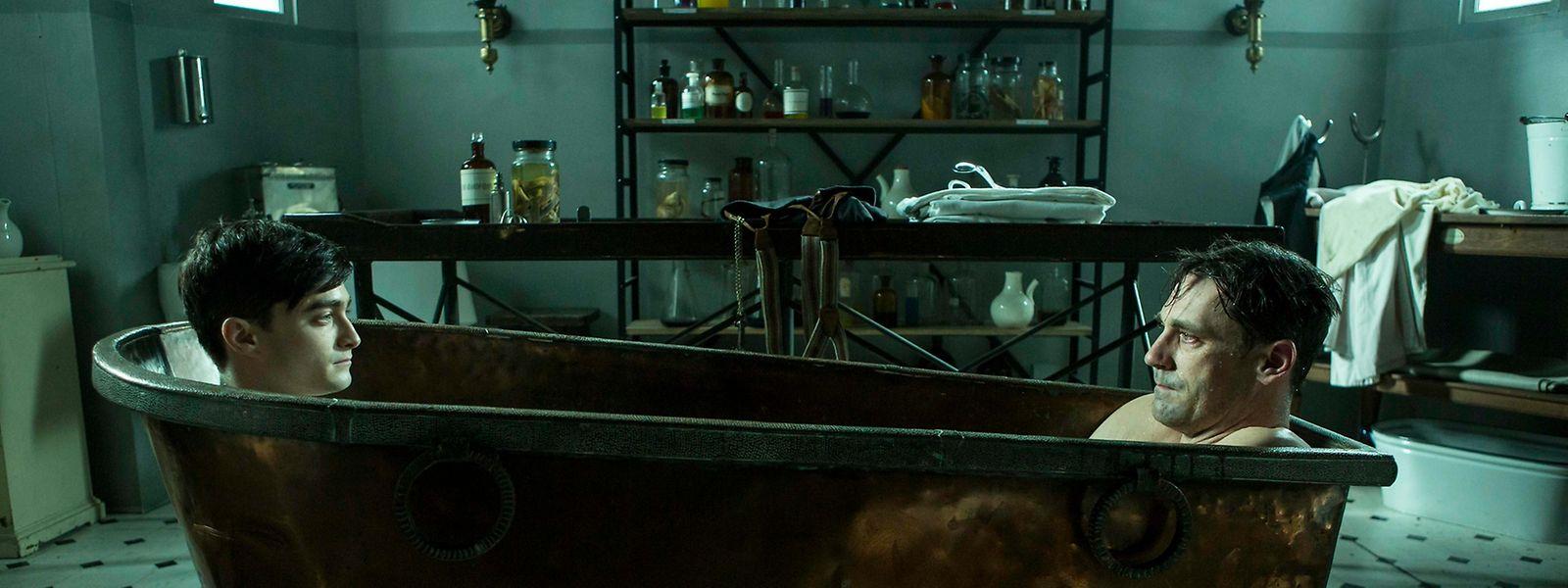 Morphium macht's möglich: Arzt Nika (Daniel Radcliffe, l.) tritt seinem eigenen älteren Ich (John Hamm) gegenüber – in der Wanne!