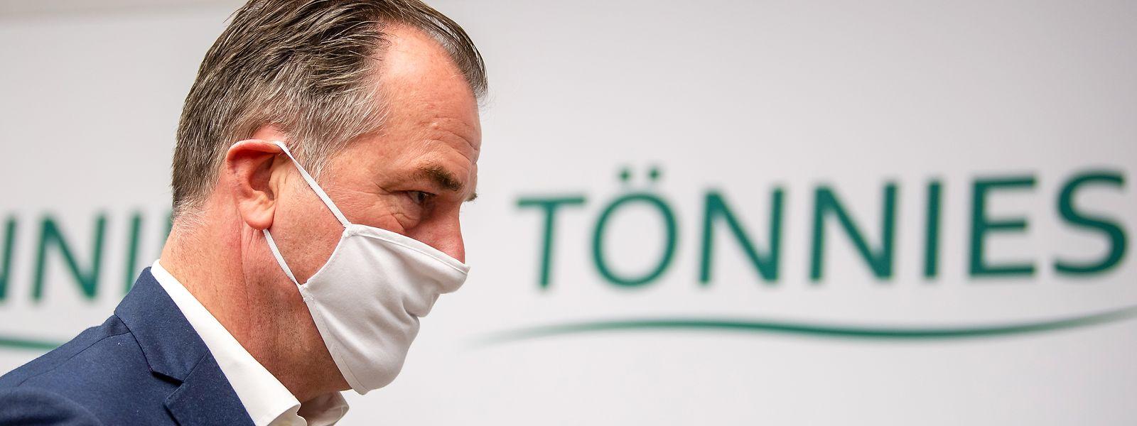 Während von allen Seiten Kritik auf Clemens Tönnies einprasselt, schweigt der Fleischmagnat.