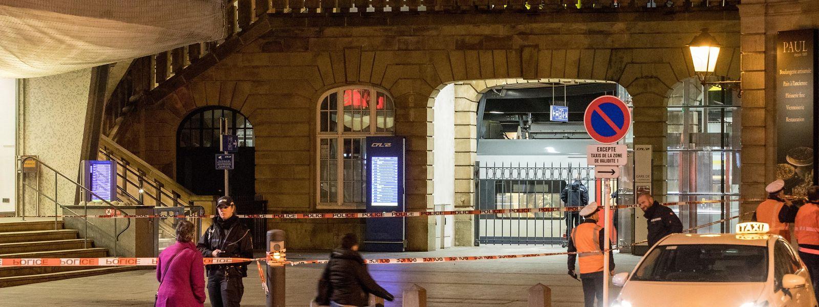 Die Polizei sperrte den Bereich der Treppen zur Passerelle am Bahnhof in Luxemburg-Stadt.
