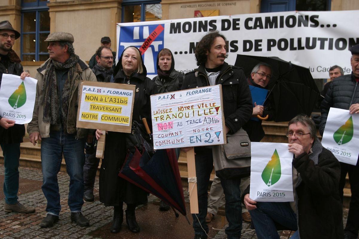 Les associations de l'Entente contre l'A31bis ont manifesté devant l'Hôtel de Région à Metz pendant que le CESEL y tenait sa conférence de presse.