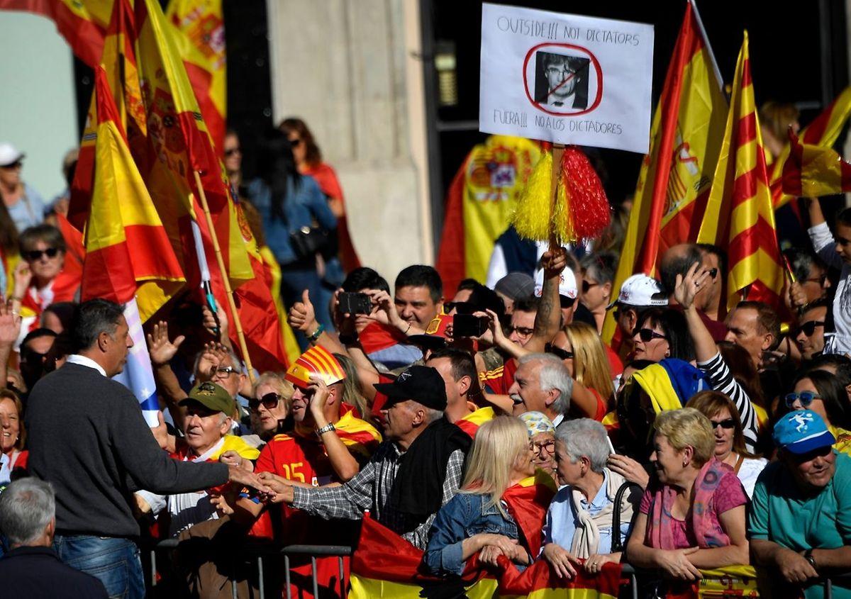 Demonstranten fordern die Inhaftierung Puigdemonts.