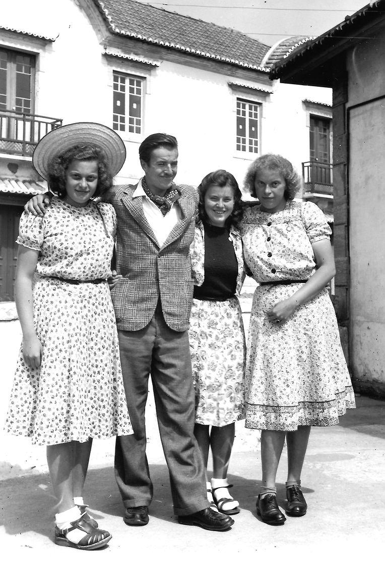 Na Praia das Maçãs: nas duas pontas, as filhas de Pierre Dupong, ao centro os irmãos Charles Bech e Betty Bech filhos do ministro dos Negócios Estrangeiros, em 1940