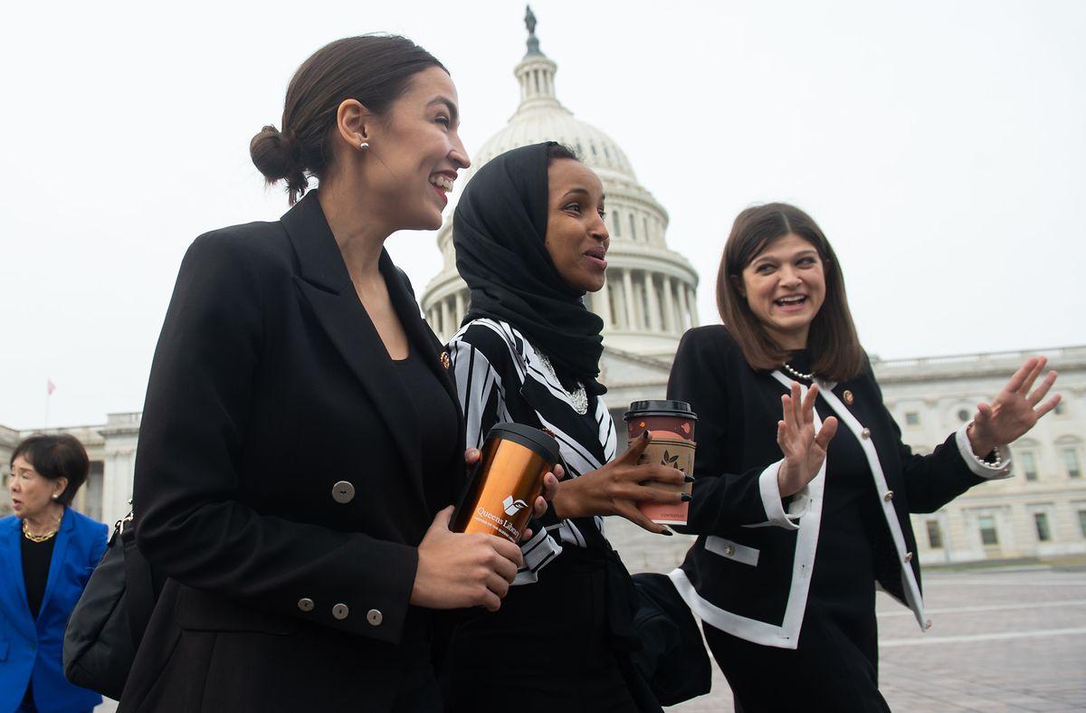 Foto vom Januar 2019: US-Kongressabgeordnete Alexandria Ocasio-Cortez (links), Kongressabgeordnete Ilhan Omar (mitte), und Kongressabgeordnete Haley Stevens (rechts) vor dem Kapitol in Washington, DC.