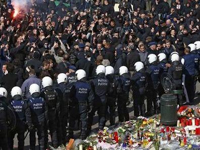 La police repousse des centaines de Hooligans sur la place de la Bourse