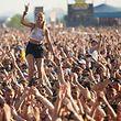 """03.06.2018, Rheinland-Pfalz, Nürburg: Eine junge Frau steht beim Auftritt der US-amerikanischen Punkband Rise against vor der Hauptbühne des Musikfestival """"Rock am Ring"""" auf den Schultern eines Zuschauers. Foto: Thomas Frey/dpa +++ dpa-Bildfunk +++"""
