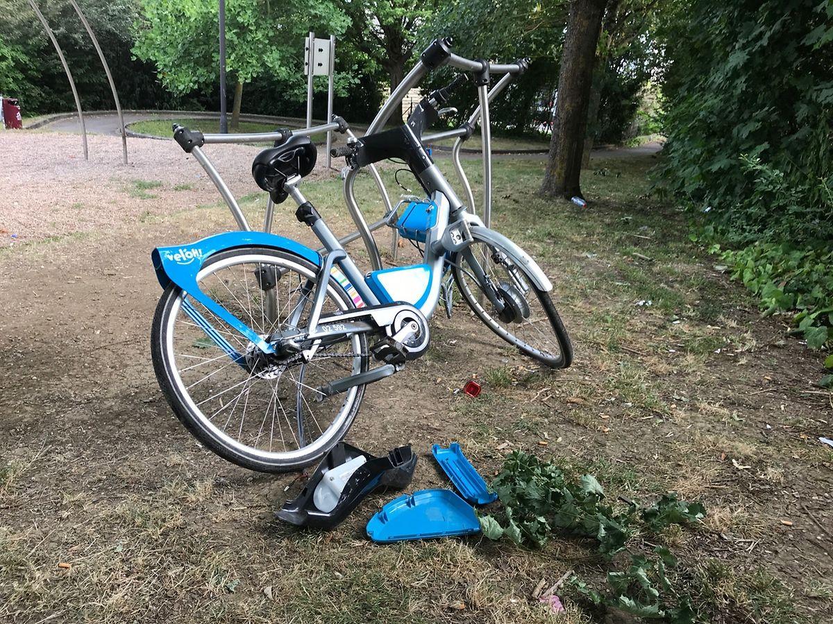 Ein beschädigtes Vel'OH in einem Park in der Rue Lamboray in Luxemburg-Bonneweg.