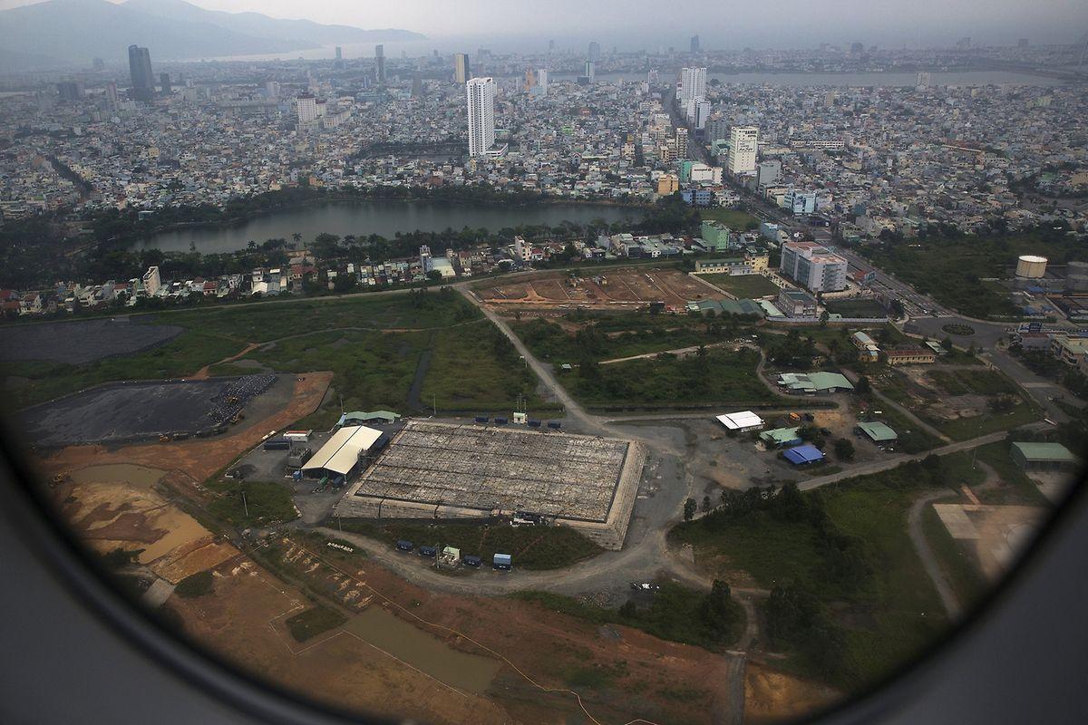 Blick aus einem startenden Flugzeug am internationalen Flughafen von Danang auf den verseuchten Lagerungsort von Agent Orange