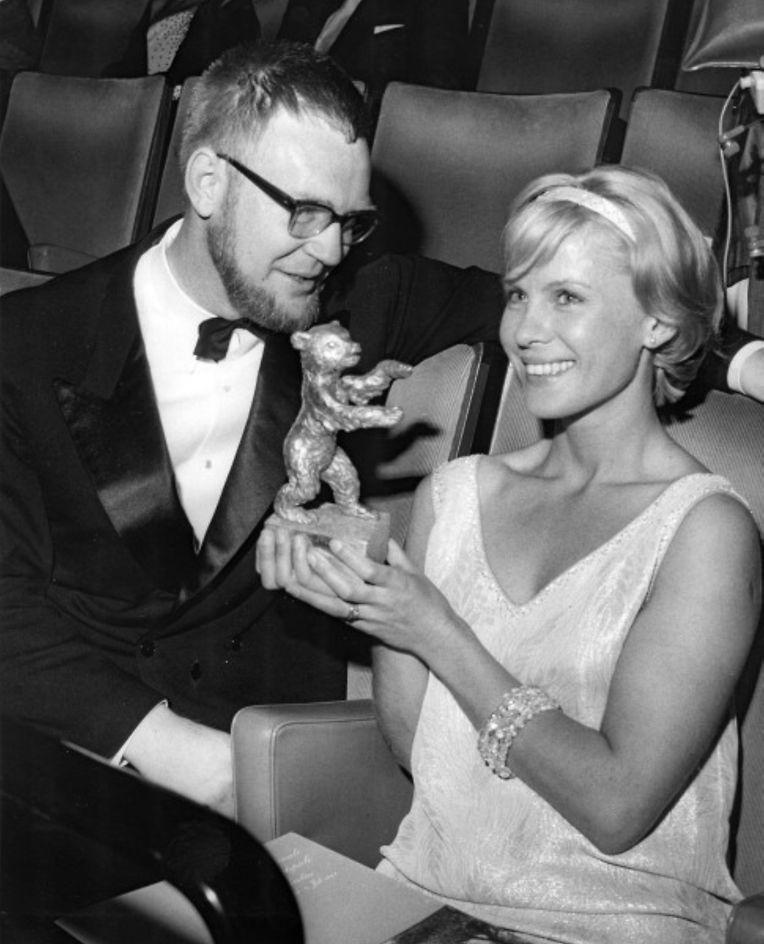 """1963: Bibi Andersson bei den Internationalen Filmfestspielen in Berlin. Sie erhielt den Silbernen Bären als beste weibliche Darstellerin für ihre Leistung in dem Film """"Schlafwagenabteil""""."""