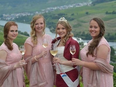 Die neue Rieslingkönigin Jeanne-Marie Wagener (2.v.r.) mit ihren Prinzessinnen.