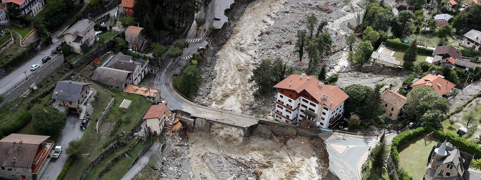 Diese Luftaufnahme zeigt die Schäden, die von schweren Regenfällen und Überschwemmungen verursacht wurden. Nach Unwettern und Überschwemmungen in der Region der südfranzösischen Metropole Nizza werden nach Medienberichten mindestens neun Menschen vermisst.