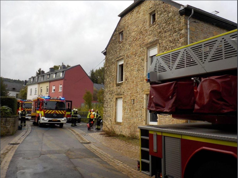 """Feuer im """"Wiichtelhaus"""": Rund 15 Einsatzkräfte waren am Montag vor Ort, um das schlimmste zu verhindern."""