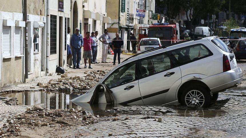 Resultado de imagem para fotografias de rupturas de condutas de água em plena via pública em portugal