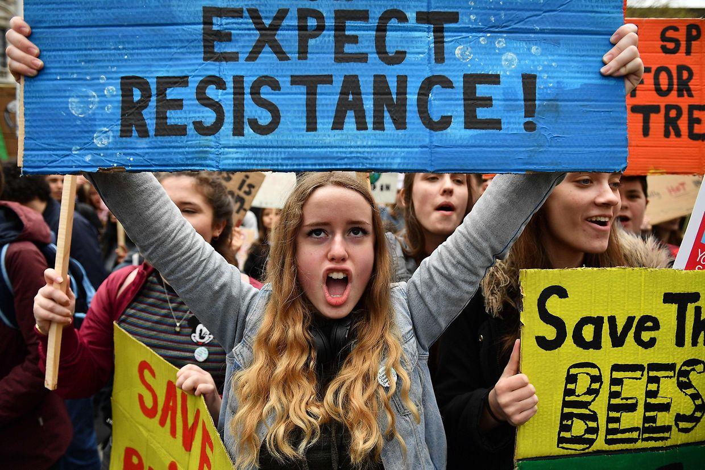 Estudantes britânicos voltaram aos protestos contra a inércia dos Governos face às alterações climáticas.