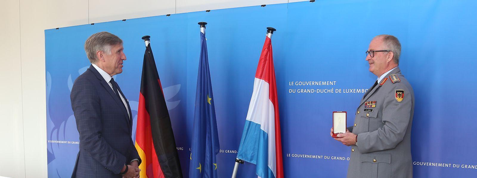Verteidigungsminister François Bausch überreicht General Eberhard Zorn den luxemburgischen Verdienstorden.