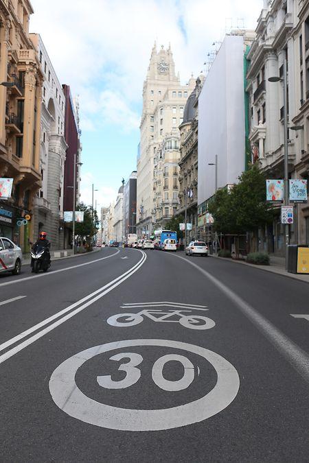 Das Tempolimit auf einer Straße in Madrid liegt bei 30km/h.