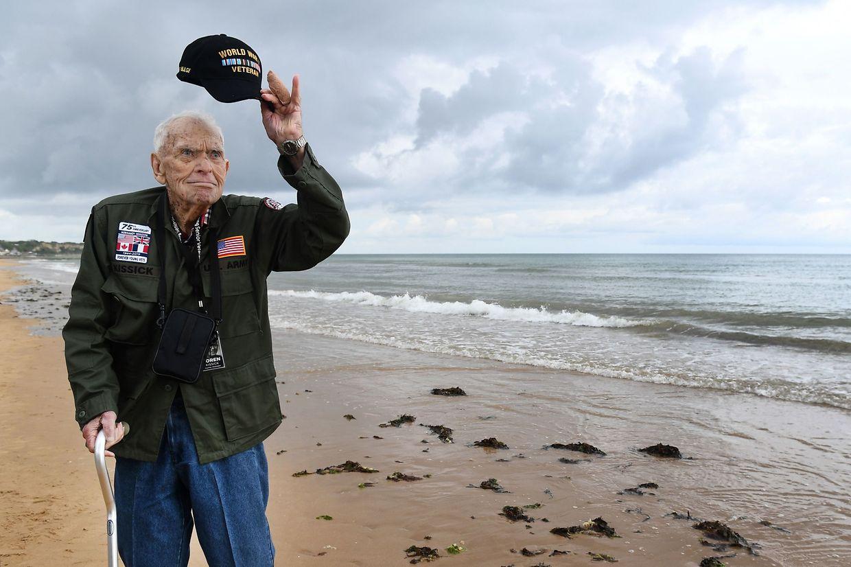 Der US-amerikanische Kriegsveteran Loren Kissick auf dem Omaha Beach in Saint-Laurent-sur-Mer an der Küste der Normandie.