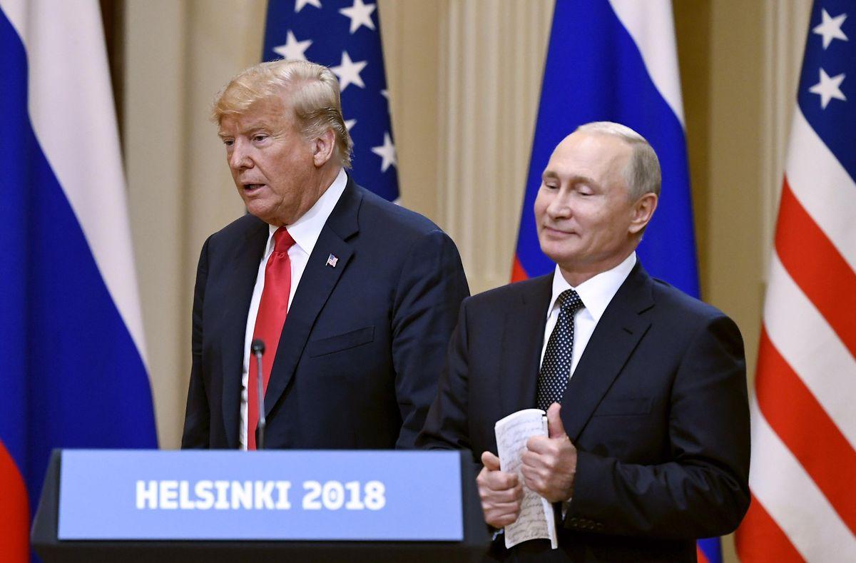 Donald Trump (l), Präsident der USA, und Wladimir Putin (r), Präsident von Russland, während der Pressekonferenz.