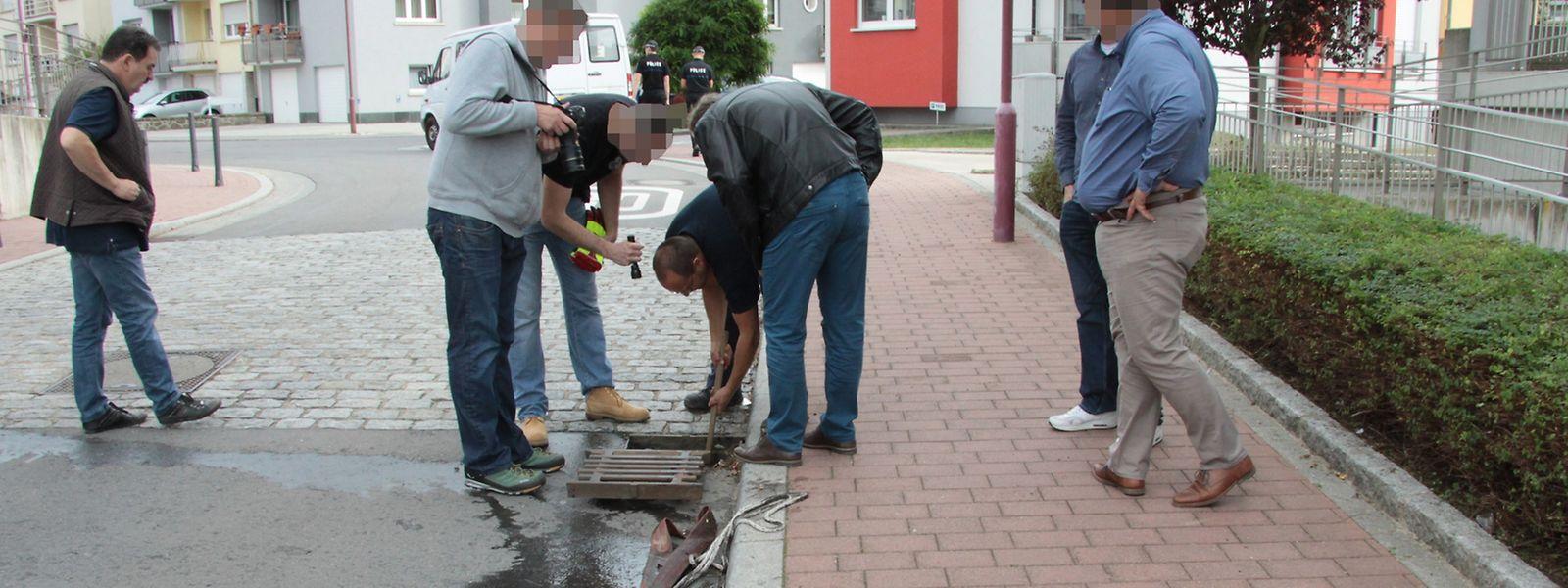 Beamte der Spurensicherung der Kriminalpolizei durchsuchten am 28. September das Umfeld der Wohnung.